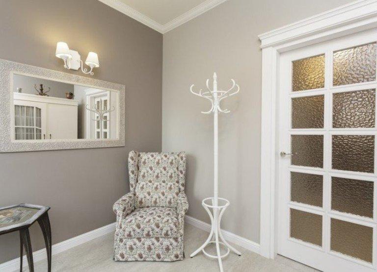 Белые двери и плинтуса в интерьере фото