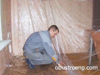 Перед работой с пенкой стены и пол необходимо застелить пленкой