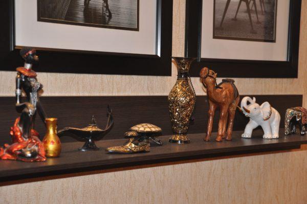 Декоративные элементы в гостиной в стиле хай-тек
