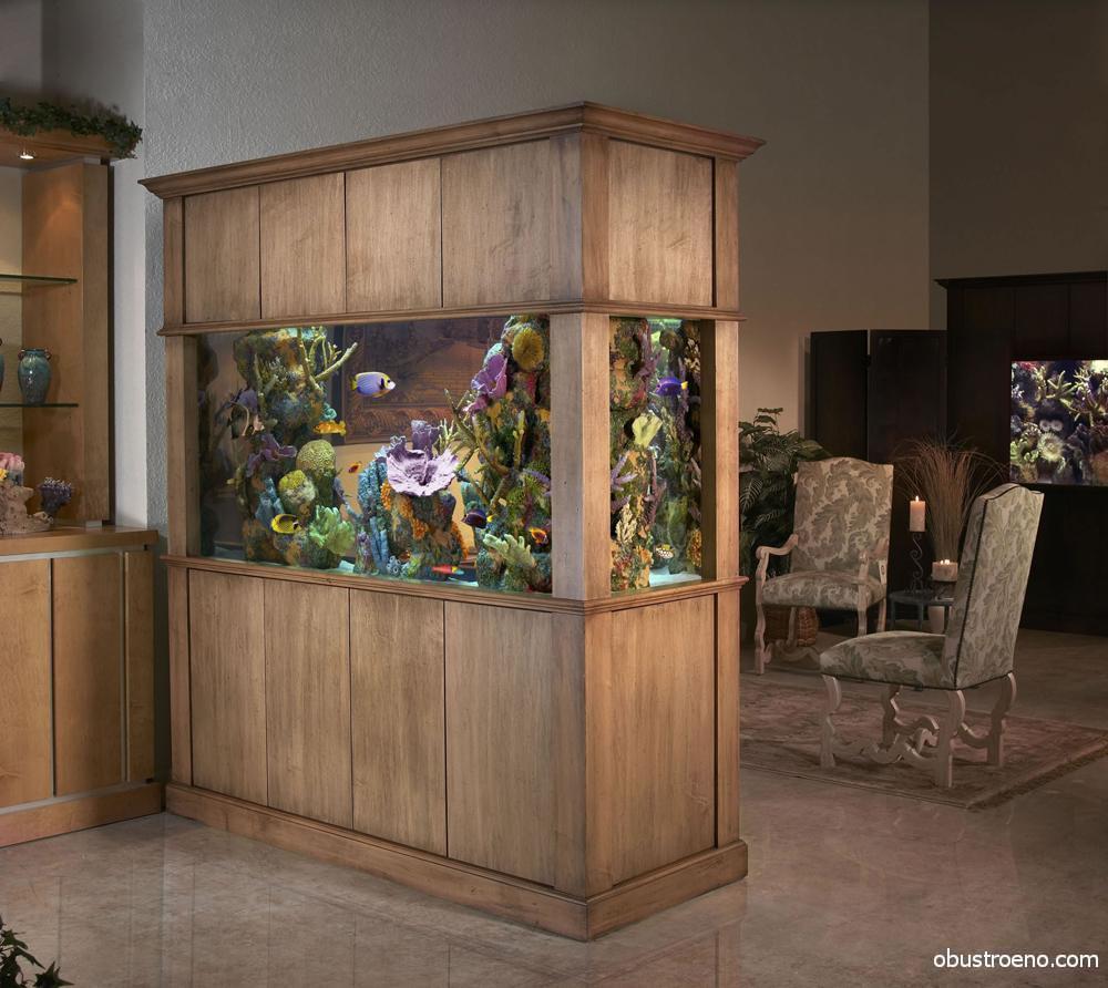 Если вы хотите использовать в интерьере большой аквариум - перегородка должна быть надежной и устойчивой
