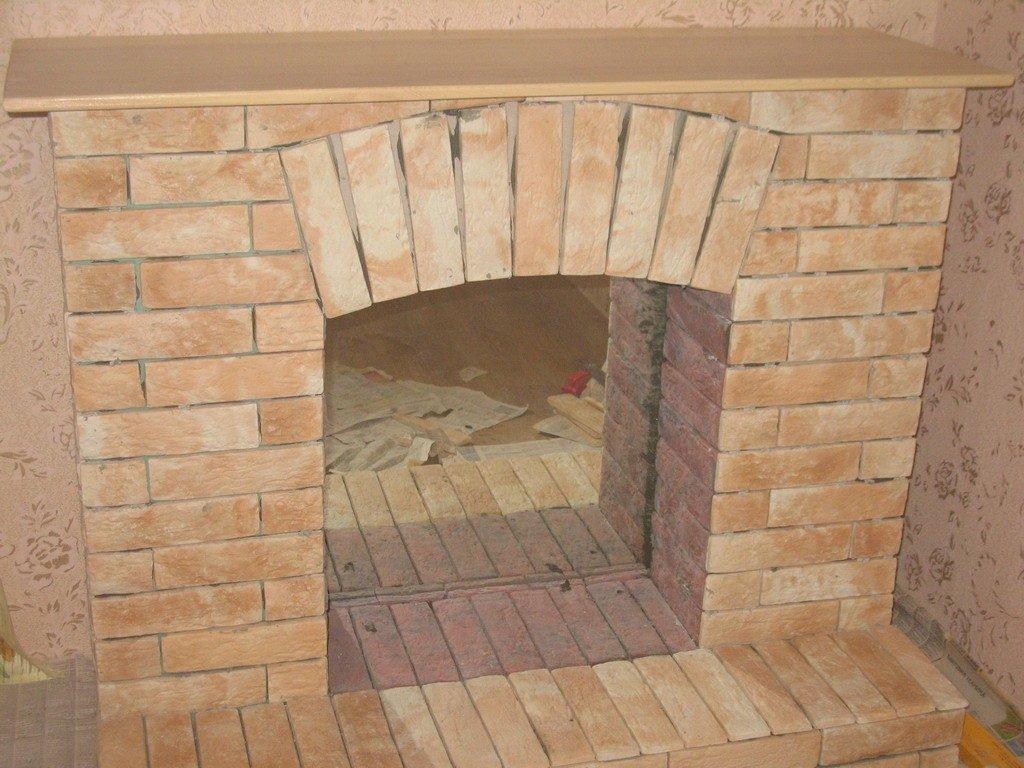 Имитация дровяного камина, облицованная декоративной плиткой