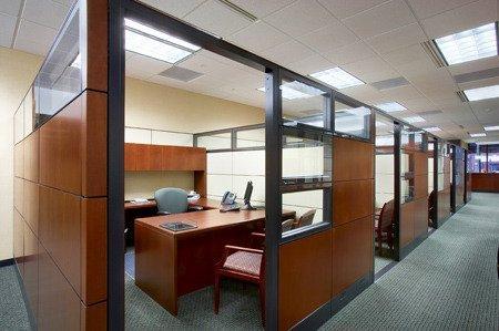 Иногда сооружение кабинок – лучший вариант для офиса