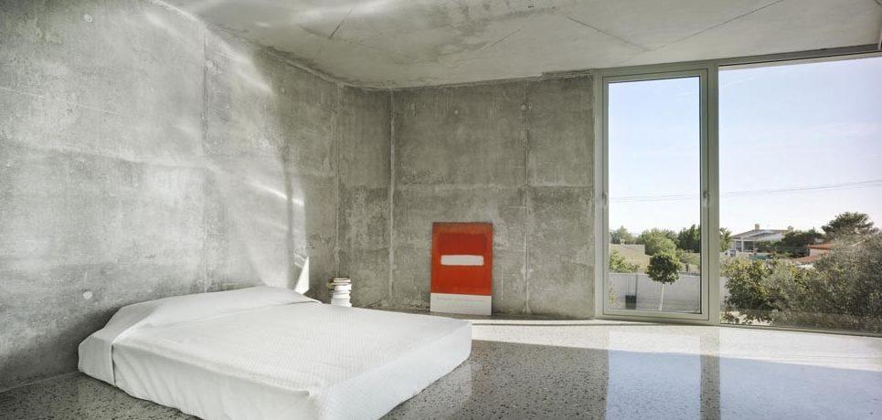 Интерьер современной спальни, выполненный в минималистичном стиле