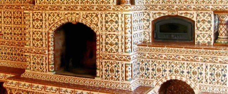 Изразцовые поверхности поражают богатством декора и подходят для тех, кто хочет создать в интерьере атмосферу роскоши