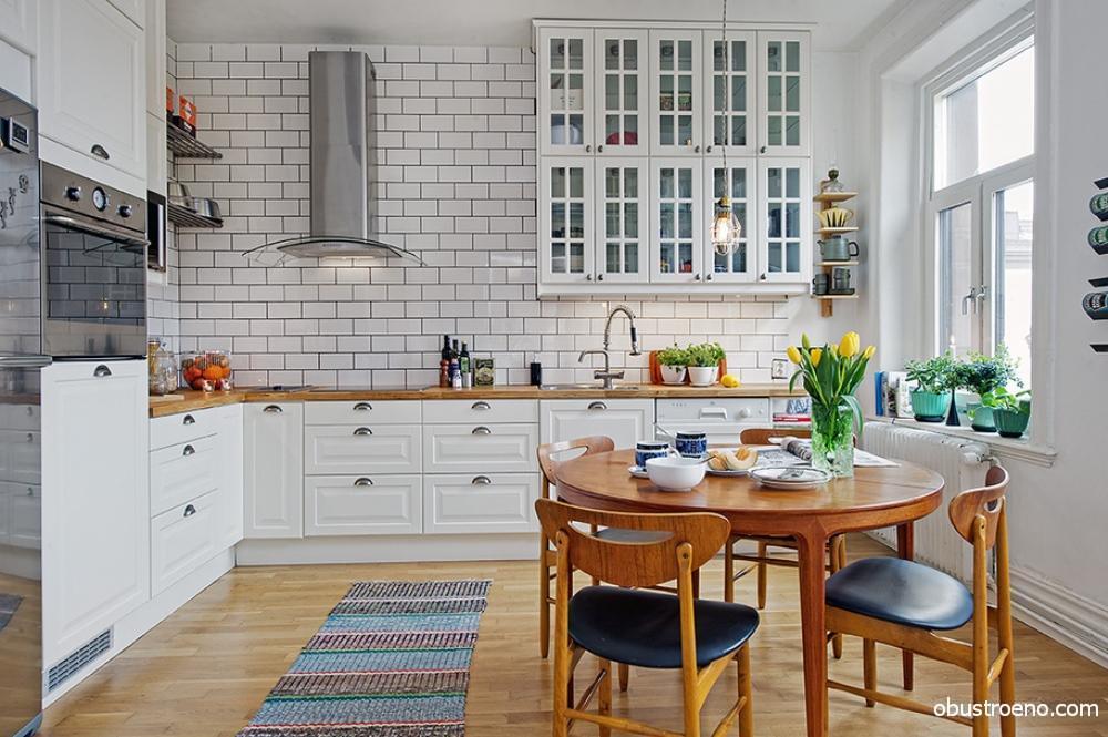Кухня в скандинавской стилистике сочетает в себе кирпичные стены и деревянное напольное покрытие натурального цвета, это классическое решение