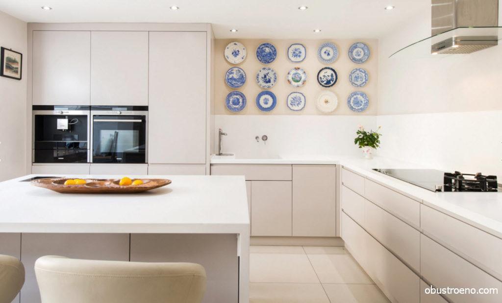 На этой светлой кухне свой сочный акцент внесли именно тарелки