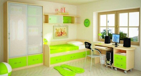 На фото - детская комната с основным белым и дополнительным светло-зеленым цветами.