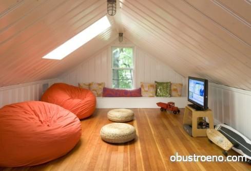 На фото кресла оранжевого цвета – главный акцент в дизайне комнаты