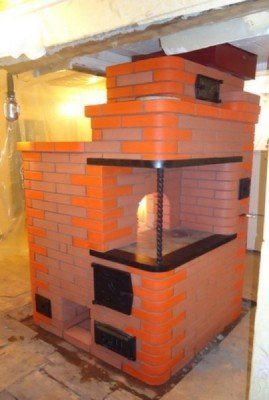 Небольшая печка служит отличным украшением декора и может использоваться для приготовления пищи