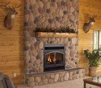 Отделка натуральным камнем особенно хорошо смотрится в обстановках, стилизованных под охотничий домик