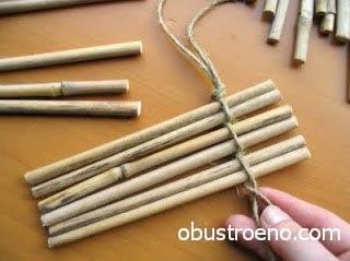 Палочки (красиво смотрится бамбук) легко связать шпагатом, но обязательно покрыть лаком