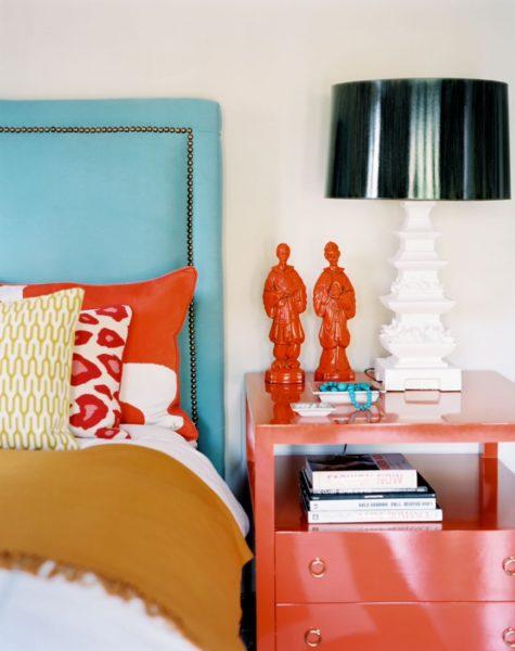 Парные декоративные элементы в спальной комнате