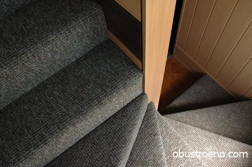 Покрытая ковролином лестница