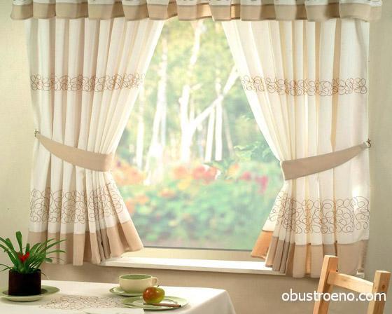 Правильно выбранные занавески способны привнести в декор кухни атмосферу уюта