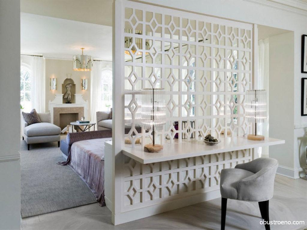 Прекрасный дизайн комнаты с перегородкой в белых классических тонах