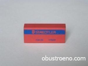 Простой ластик хорошо помогает удалить многие пятна на линолеуме