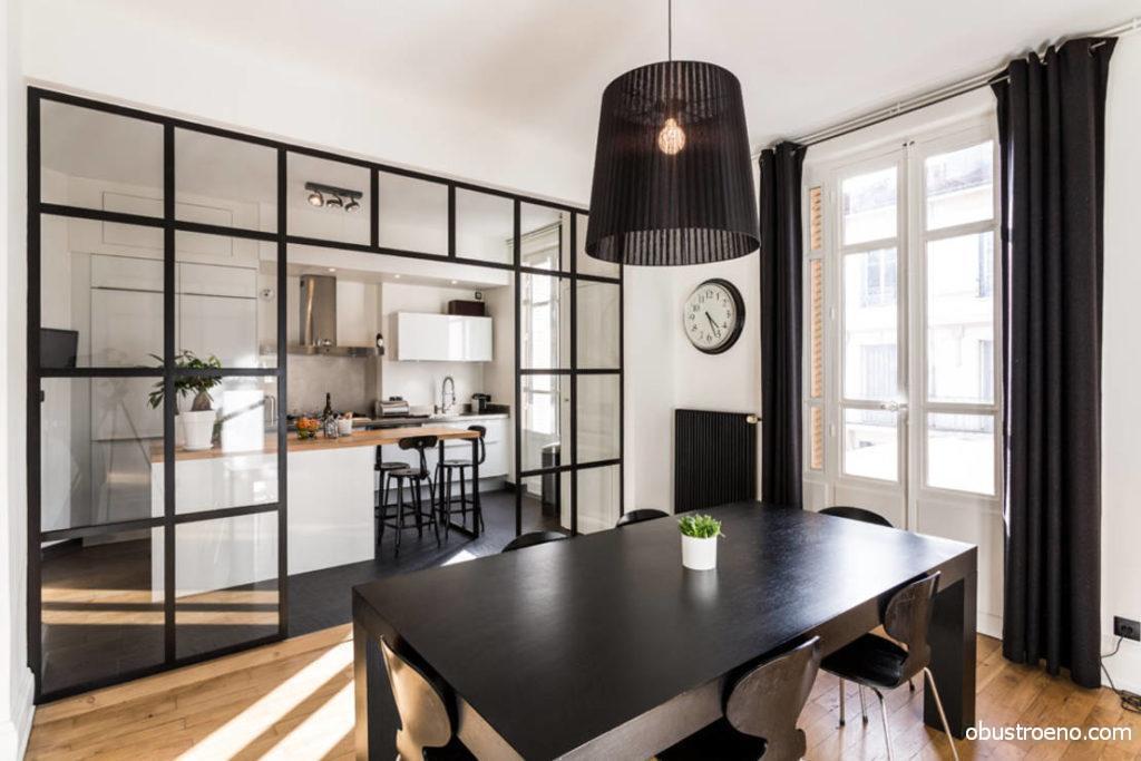 Прозрачные элементы идеально смотрятся в современном интерьере и подходят для разделения кухни и столовой