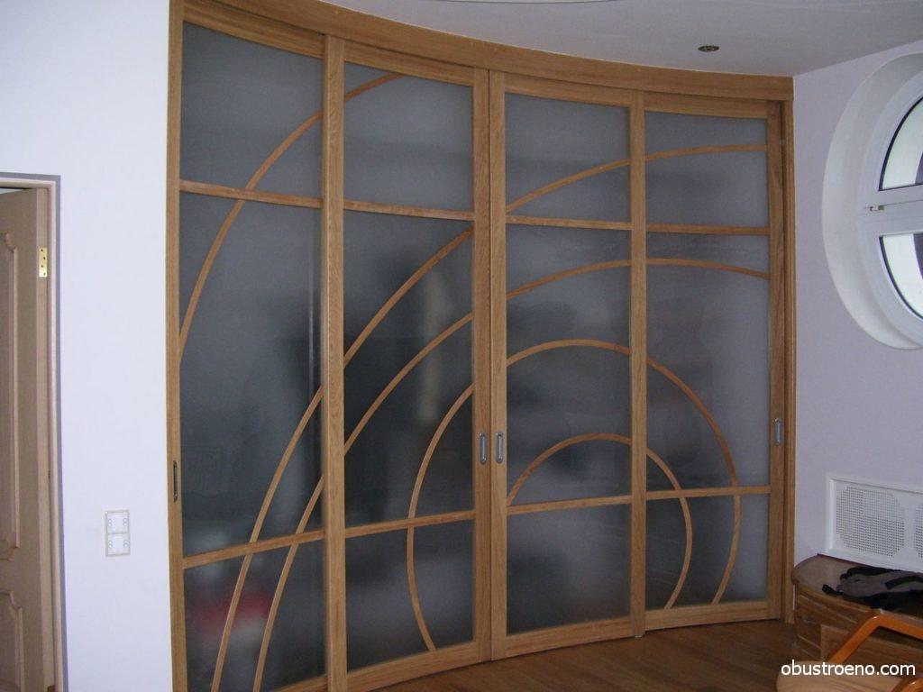 Радиусные раздвижные элементы используются в интерьере спальных и гостиных комнат