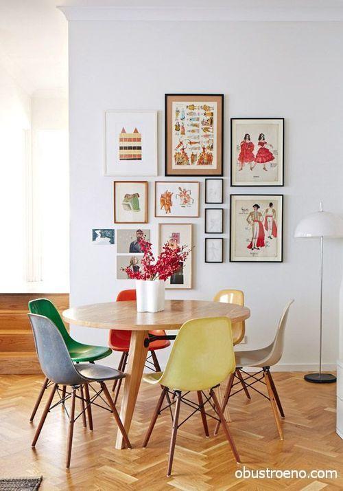Размещать на стене в рамках можно картины, фото и даже открытки