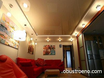 Совмещение двух типов потолочных отделок в гостиной