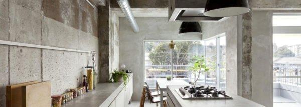 Современная кухня, где бетон соседствует с металлическими трубами и большим остеклением