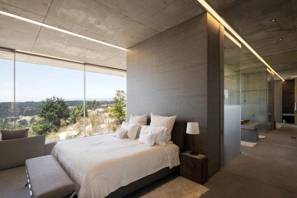 Современный интерьер с бетонным потолком и полом