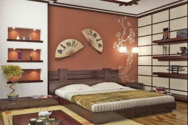 Спальня в японском стиле с белой основой, одной контрастной стеной и интересными акцентами: веерами и деревцем-бонсай.