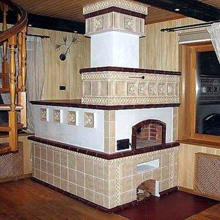 Средняя печка имеет небольшой лежак, на котором любят возиться дети