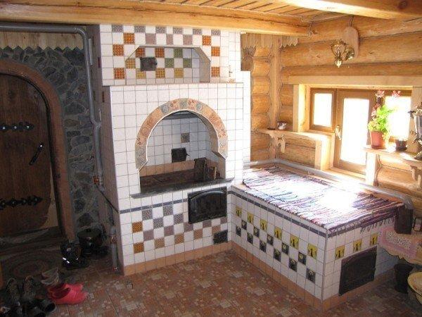 Такая печь в интерьере загородного дома будет служить не только украшением, но и самым уютным местом для сна