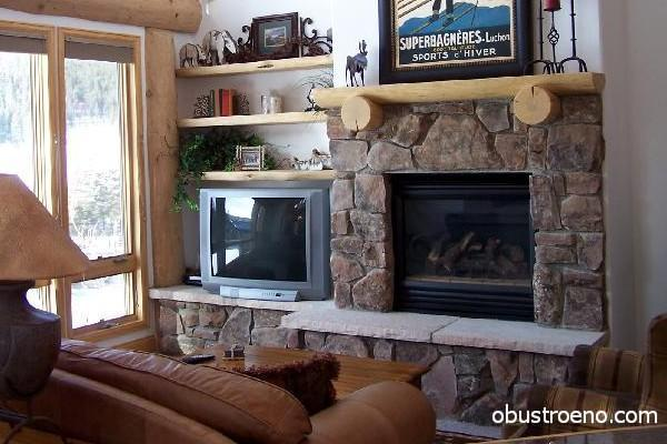 Телевизор и камин на одном пьедестале