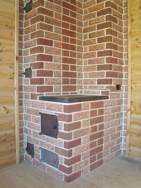 Терракотовая плитка отлично смотрится в частном доме с деревянной отделкой