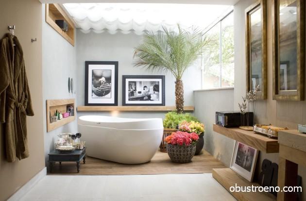 Ванна-чаша будто бы просто поставлена на пол и не подключена к водопроводу