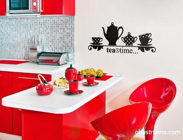 Виниловая наклейка черного цвета выделяется в красно-белом интерьере.