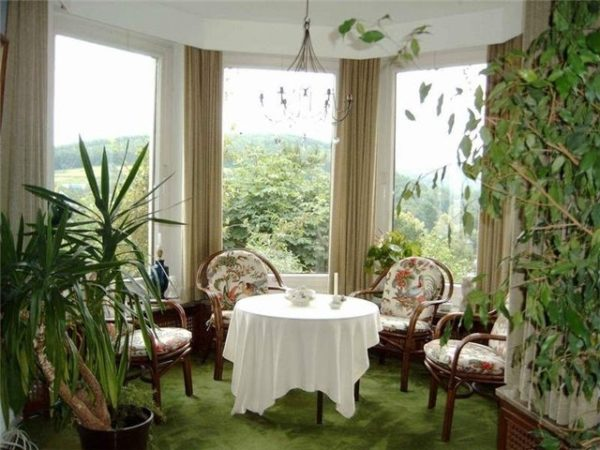 Зеленый уголок для чаепитий в эркере