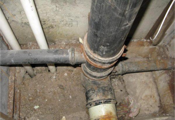 Черная канализационная труба - полиэтиленовая.