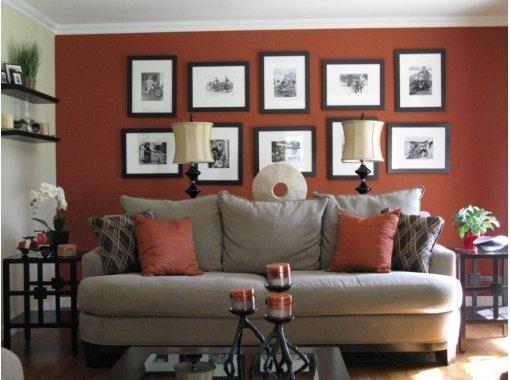 Черно-белые фото в аккуратных рамах добавляют комнате собственный стиль