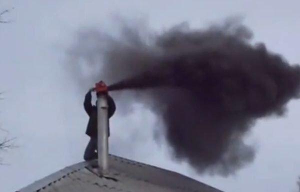 Черный дым из трубы – признак того, что нужно срочно чистить дымоход.