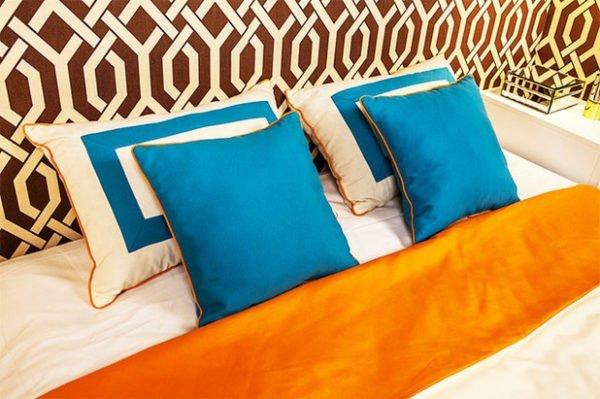 Чтобы интерьер не был скучным, добавьте яркие аксессуары. Кто сказал, что синий не сочетается с оранжевым?
