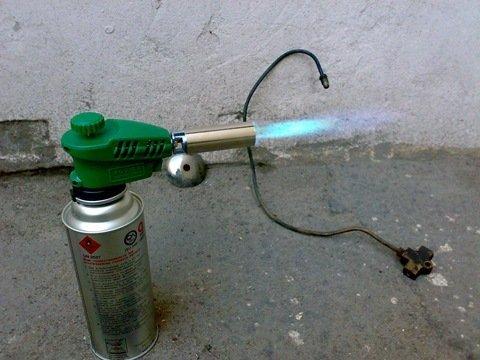 Для металлических труб подойдут паяльные лампы или газовые горелки