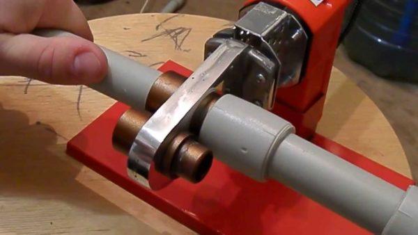 Для пайки труб используется специальный инструмент.