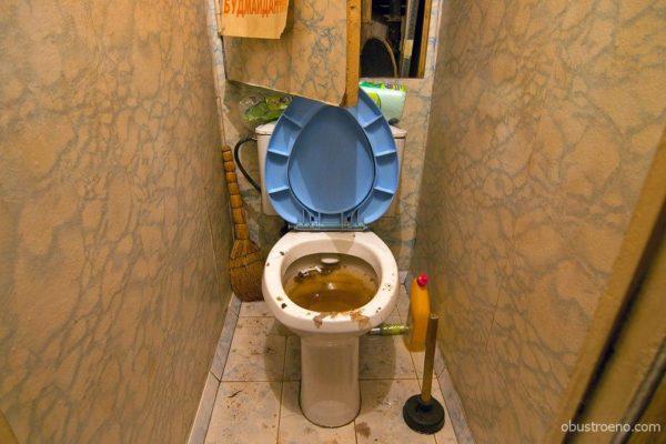 Если вода в унитазе поднимается при закрытых кранах, засор находится ниже по стояку.