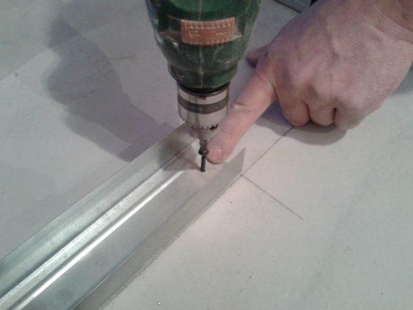 Фиксация алюминиевого профиля саморезом