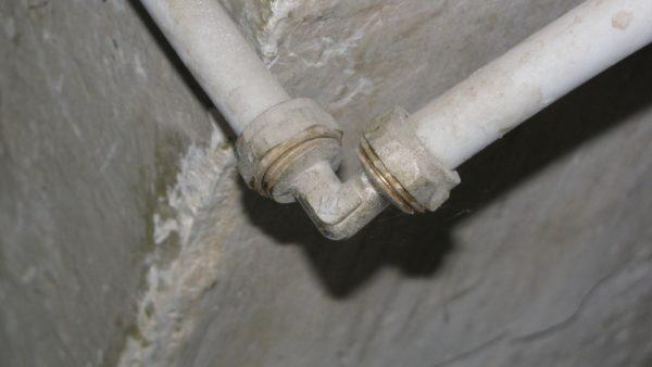 Фитинг на металлопластиковом водопроводе. Сужение видно невооруженным глазом.