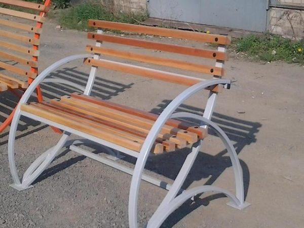 Фото скамейки, сделанной из труб с прямоугольным сечением