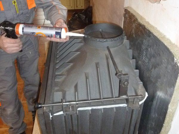 Герметизация дымоходного патрубка жаропрочным составом.