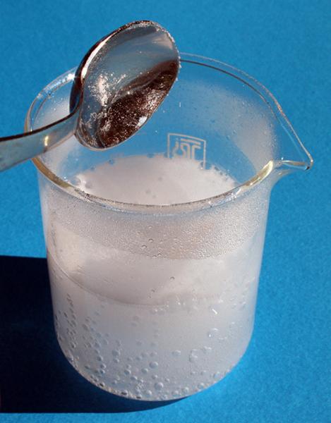 Готовим раствор соды в кипятке