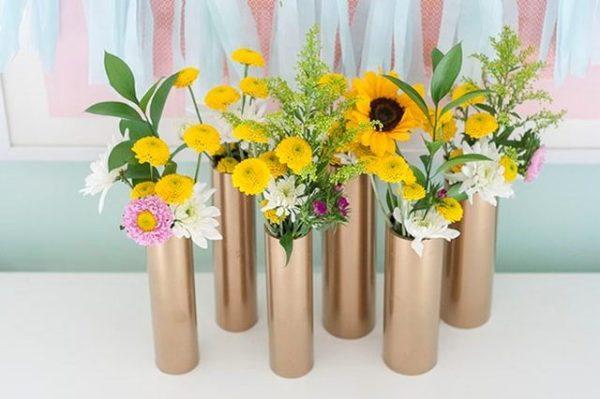 iz-nenuzhnoy-truby-mozhno-smasterit-prekrasnye-vazochki-dlya-dek-600x399 Как сделать вазу из банки своими руками: 6 способов и 50 фото