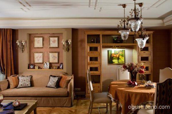 Классическая гостиная с потолочными молдингами, натуральным деревом и теплыми, уютными цветами