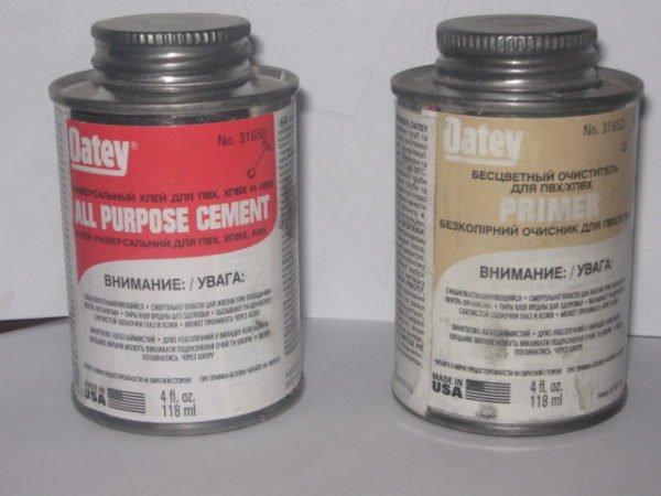 Клей и состав для обезжиривания, предназначенные для склейки труб из ПВХ.