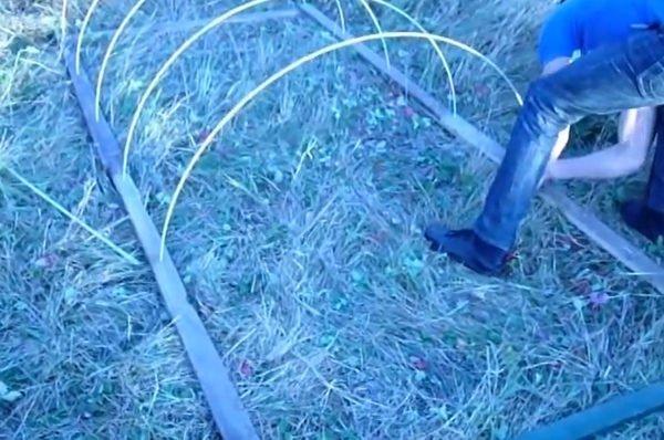 Крепление труб в гнездах каркаса.